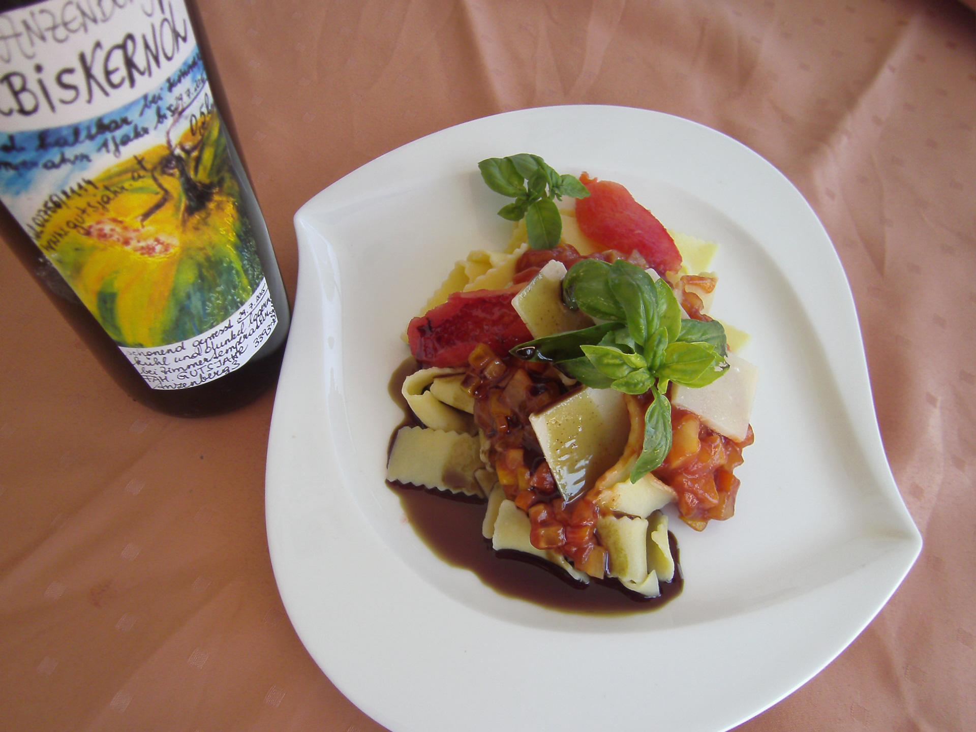 Nudeln mit Tomaten/Paprikasouce und Gemüsejulienne
